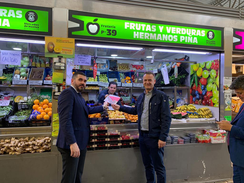 Interfresa y Fedemco informan en el Mercado del Carmen sobre el correcto envasado de la fresa